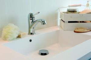 Klassieke kraan in moderne badkamer voorlichtingsburo wonen