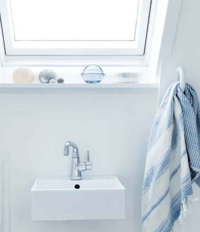 Kraan van zuiver chroom in zachte afgeronde vormen voorlichtingsburo wonen - Vormgeving van de badkamer kraan ...