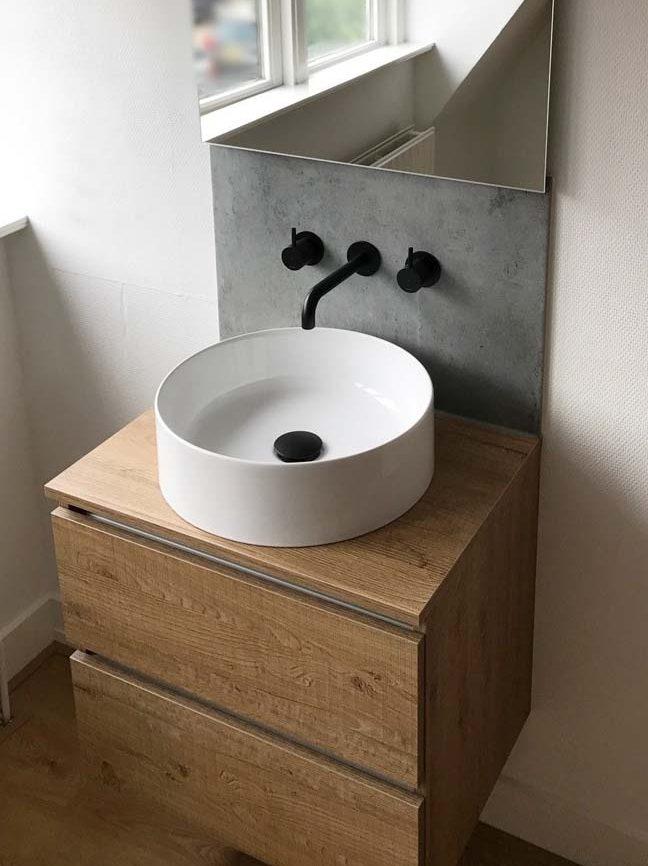 Stoere badkamer met mat zwarte Cobber kranen - Voorlichtingsburo Wonen