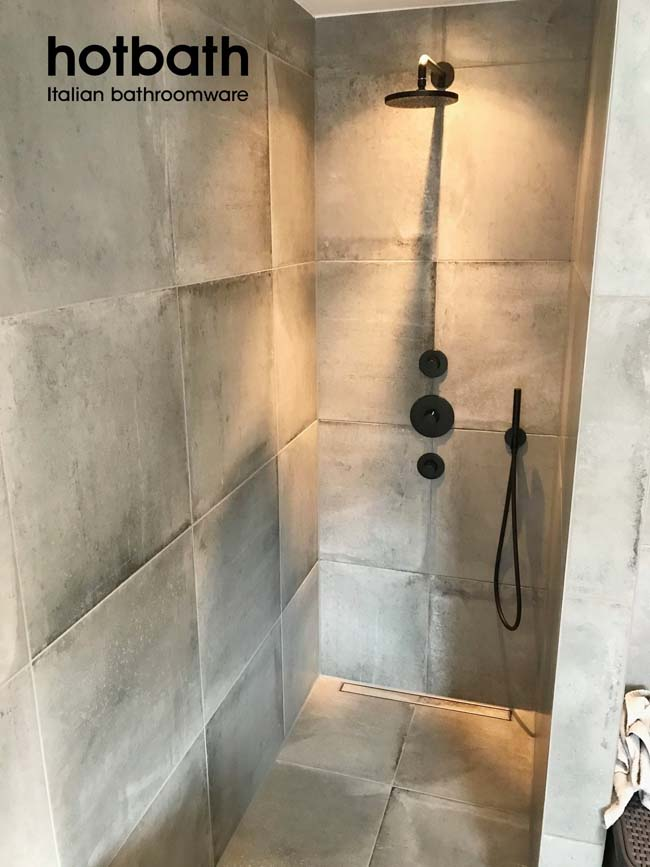 Stoere badkamer met mat zwarte Cobber kranen