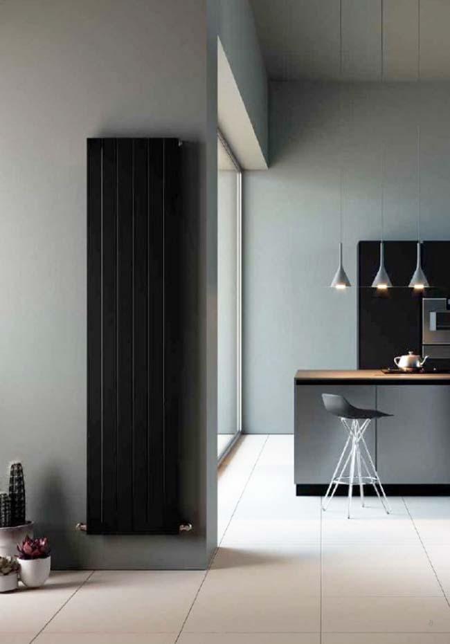 Een comfortabele verwarmde keuken met de verticale designradiator Paneel TV