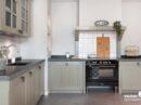 Keuken in vergrijsd groen