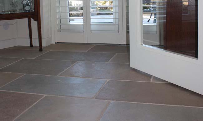 Binnenkijker: natuurstenen vloer in een markant nieuwbouwappartement