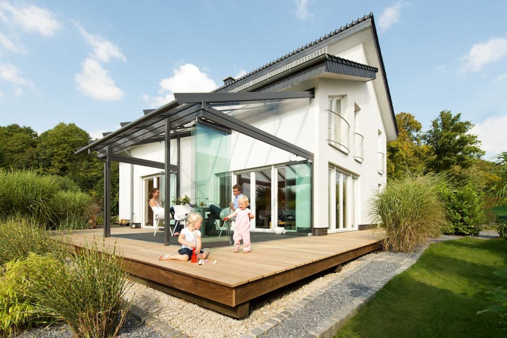 droog buiten zitten onder de terrasoverkapping voorlichtingsburo wonen. Black Bedroom Furniture Sets. Home Design Ideas