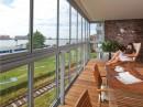 Beschut balkon aan het water