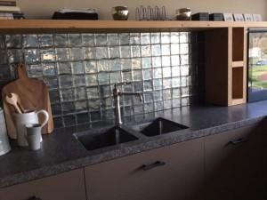 Metallic tegels als keukenachterwand voorlichtingsburo wonen