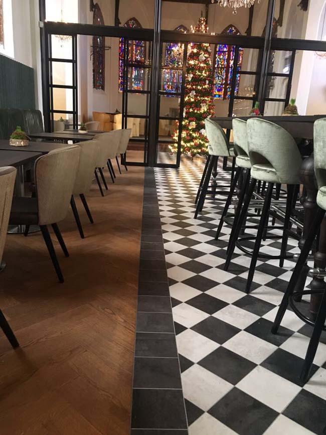 Klassieke houten vloer met tegels