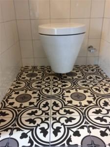 Vloertegels en wandtegels in toiletruimte